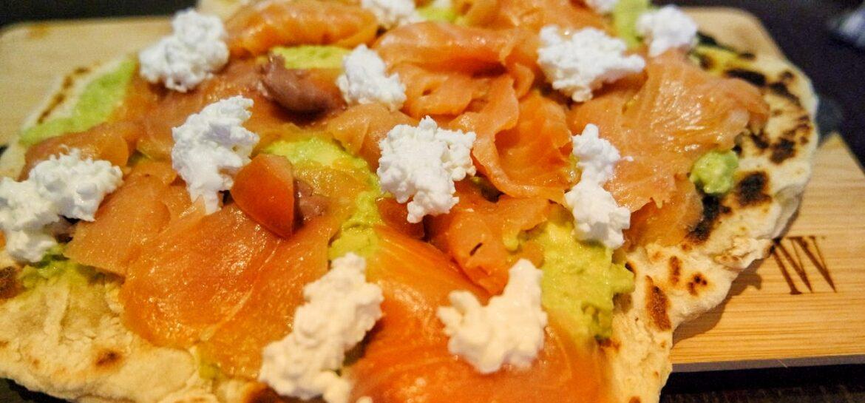 Ricetta fit piadipizza con salmone e avocado low carb